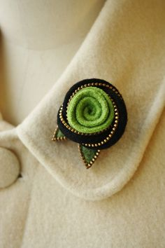 Felt and zipper Eternity knot and wool rose brooch. Love the zipper idea!$