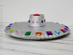 Make a fun paper plate flying saucer from CraftsbyAmanda.com @amandaformaro, for my little Fact or Faked enthusiast