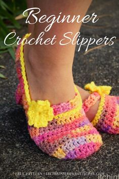 Easy crochet slippers designed in multiple sizes for women ( US, EU, UK) so that any lady can have a comfortable and fashionable set of slippers to wear around the house. Beginner friendly and easy to customize for that perfect fit. Crochet Puff Flower, Crochet Flower Patterns, Crochet Patterns For Beginners, Knitting For Beginners, Crochet Flowers, Beginner Crochet, Crochet Ideas, Free Crochet Slipper Patterns, Crochet Butterfly