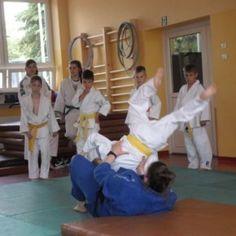 Czym jest judo? Jakich predyspozycji wymaga od nas uprawianie tego sportu? – o tym opowiedział nam były zawodnik tej dyscypliny, nauczyciel naszej szkoły Pan Tomasz Peciak.