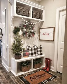 This entryway is so cute! I'm thinking of the rear entry of the house!🙌🏼 What do you think of this simple holiday decor? Decoration Shabby, Decoration Entree, Christmas Home, Christmas Crafts, Christmas Ideas, Christmas Print, Christmas Phrases, Christmas Entryway, Christmas Stocking