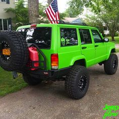 Check out this clean xj from @hulkxj he just got his brand new lime green JEEPFLOW decal! #xj #jeep #jeeps #limegreen #nyc #JEEPFLOW
