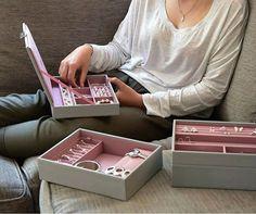 PodobneRozkładany pojemnik na biżuterię marki UmbraSkładane pudełko na biżuterię z lusterkiem marki PhilippiDrzewko na biżuterię marki InvotisPudełko na drobną biżuterię serce marki KoziolPojemnik na biżuterię żółw marki UmbraMinimalistyczny stojak na biżuterię firmy MENUOrganizer na przybory do makijażu z przegrodami marki PhilippiWieszak na biżuterię serce marki KoziolStylowy pojemnik na drobiazgi i biżuterię KG DesignStojak na biżuterię …