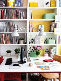 Couleurs fraîches à Madrid. Home office for two, face to face. Home Office, Office Workspace, Office Decor, Office Spaces, Desk For Two, Madrid, Home Libraries, Workspace Inspiration, Office Interior Design