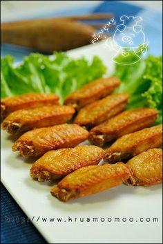 ปีกไก่ทอดน้ำปลา Fried Fish Sauce, Thai Recipes, Cooking Recipes, Marinated Chicken Wings, Thai Dishes, Appetisers, The Dish, Fries, Spicy