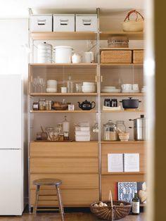 食器類や調理器具など、こまごまとしたものをしまうときにシェルフが大活躍。天井まで最大限に利用するためにはつっぱりパーツが便利。ガラス引き戸のボックスや引き出しで機能性を付加することもできます。#muji #無印良品 #interior #インテリア #storage #収納 #shelf #シェルフ #kitchen #キッチン