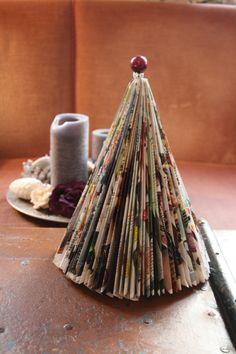 Hier findet ihr eine einfache Schritt für Schritt Anleitung, wie man mit wenigen Handgriffen, aus einem alten Magazin einen dekorativen Weihnachtsbaum gebastelt hat.