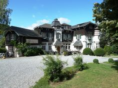 Deze romantische vrijstaande villa Spa ligt aan de rand van Spa in de Ardennen in België. En is met 12 slaapkamers voor ruim 25 personen zeer geschikt voor grote groepen!