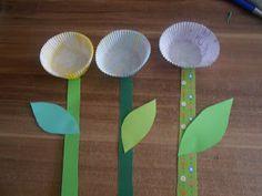 Blumenbasteln aus Papier und Muffinförmchen - mehr unter http://forum.folia.de/basteln-mit-papier/2161-blumen-aus-muffinf%C3%B6rmchen