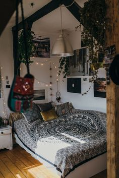 Magnificent boho bedroom with hanging plants and mixed textiles  The post  boho bedroom with hanging plants and mixed textiles…  appeared first on  Feste Home Decor .