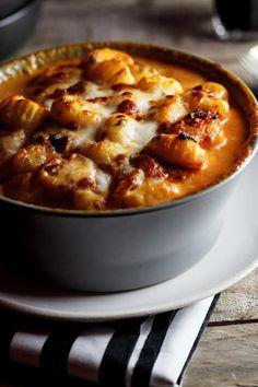Enquanto o nhoque cozinha na água fervendo, você faz o molhinho com bacon e alho, depois cobre tudo com queijo, leva ao forno e suspira de felicidade. Veja a receita aqui.