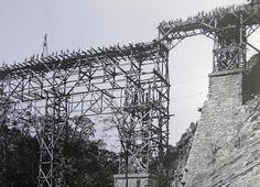 Trabalhadores em andaimes para a montagem da ponte metálica sobre o rio São João. (Foto: acervo extinta RFFSA/ABPF-PR)