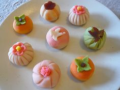 I made these for my parents :-) These are a kind of traditional Japanese cake called Nerikiri which is made with shiratama flour, sugar, and white/red bean jam. Japanese Wagashi, Japanese Cake, Japanese Sweets, Japanese Food, Japanese Recipes, Traditional Japanese, Japanese Culture, Wagashi Recipe, Sushi Donuts