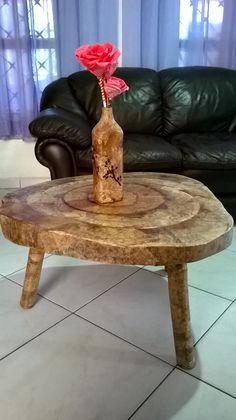 mesa de madeira revestida com filtro usado  de cafe e garrafa ,e flor com filtro de cafe tingido.