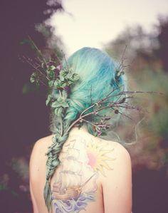 'Хельгины сказки' 'Здесь живут коробки с воспоминаниями о том, чего никогда не было. На пыльных полках хранятся высокие бутыли с бредом, флаконы с весной и маленькая бисерная ящерица. В старых сундуках спят рваные лоскутки крепдешина в мелкий цветочек и банки с консервированной ерундой. В зеленых ящиках аккуратно сложены восторги в собственном соку... #сказка, helga fox, #психология, #космос, #женщина, #волшебство, #поиск себя, #путь, #хельгинысказки