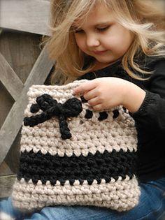Free bag pattern from The Velvet Acorn ✭Teresa Restegui http://www.pinterest.com/teretegui/ ✭ CUTE
