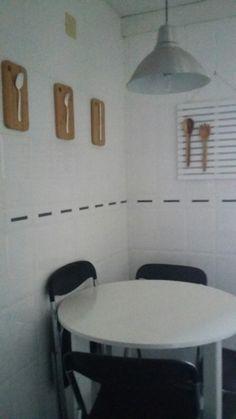 decoración pared de cocina con tablas de madera y cubiertos reciclados