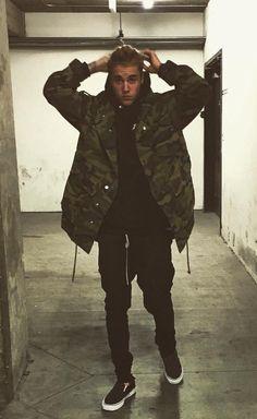 Justin Bieber wearing Saint Laurent Oversized Patch Parka Camouflage Printed Cotton Gabardine, Vans Slip-On Sneaker, Fear of God Slim-Fit Drawstring Trousers Justin Bieber Outfits, Justin Bieber Moda, Fotos Do Justin Bieber, Justin Bieber Style, Justin Bieber Pictures, Justin Bieber Wallpaper, Streetwear, Mode Style, Swagg