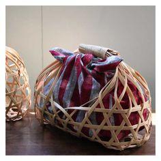 This basket makes me want to pack something for lunch! Bamboo Weaving, Weaving Art, Basket Weaving, Bamboo Art, Bamboo Crafts, Fruit Packaging, Japanese Bag, Bamboo Basket, Bamboo Design