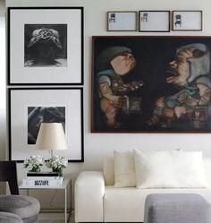 """Inspiração de u doming a noite: ✨Cantinhos deuma """"Sala pra Viver"""" por David Bastos!!! ▫️▪️Como protagonistaoPreto e Branco mostramsua beleza e são quebrados pelohumorda tela de caricatura e alguns toques de cinza!!! Lindo não?! #decor #decoration #homedecor #inspiração #design #cool #blackandwhite #pb #sunday #interior #decor #ideas"""