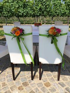 Stuhlhussen und Blumen