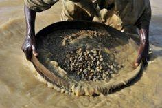"""<p>Un enorme diamante de 706 quilates fue hallado en Sierra Leona, anunció el jueves la presidencia de ese país, que prometió un """"proceso de comercialización transparente"""" en un país marcado por el tráfico de """"diamantes de sangre"""" durante la guerra civil (1991-2002).</p>"""