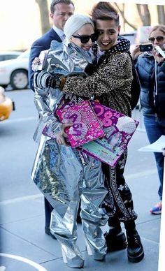 LADY GAGA EL DIA DE HOY CON UNA FANATICO EN NEW YORK.