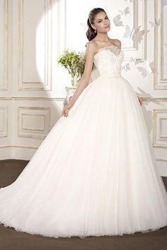 Wedding gown by Villais Collection by Karelina Sposa.