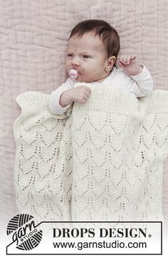 Baby blanket with lace pattern. The piece is knitted in DROPS Alpaca. Free pattern by DROPS Design.