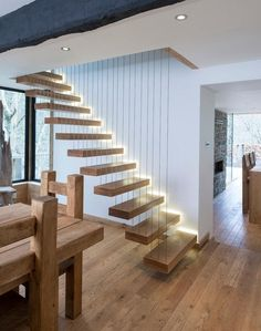 Scala moderna a giorno, effetto sospeso con i gradini in legno massello