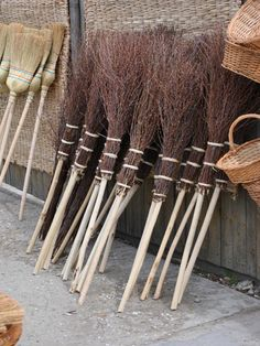 How to make a Besom Broom The besom is the traditional witch's broom. It's associated with all kinds of legend and folklore, including the popular notion that witches fly around in the night on a broomstick. Samhain Halloween, Theme Halloween, Holidays Halloween, Halloween Crafts, Modern Halloween, Witch Broom, Broom Corn, Witch Flying On Broom, Wiccan Crafts