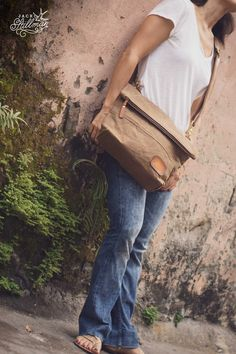 Tough made water resistant satchel. Unisex appeal with a choice of shoulder sling styles. Water and dust proof top zipper backed up by 🐝 beeswaxed canvas that can be re-waxed to maintain the longevity of the bag. Canvas Travel Bag, Travel Bags, Shoulder Sling, Day Bag, Waxed Canvas, Simple Designs, Satchel, Louis Vuitton, Zipper
