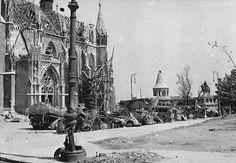 A romos Mátyás templom és a Halászbástya az ostromot sértetlenül átvészelt Szent István szoborral.