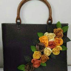 Deri üzerine keçe güllerle dizayn ettiğim çanta