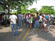 Por mal estado del colegio en Puente Bomba, bloquean la Troncal del Caribe :: Emisora Rosita Estéreo
