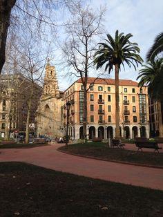 #Bilbao - Plaza Jardines de Albia, con la Iglesia de San Vicente al fondo. By Xabier Abando.