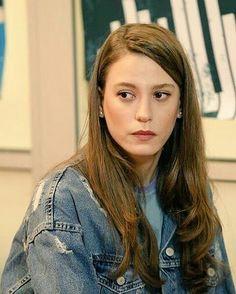 Serenay Turkish Women Beautiful, Prettiest Actresses, Turkish Actors, Celebs, Celebrities, Stylish Girl, Hams, Street Style, Long Hair Styles