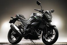 Today at Kawasaki Motors Indonesia, Kawasaki has unveiled the ending couple of months of speculation on this naked bike. This naked features the same engine as that on the Ninja 250 and for sure we all know how that mill performs. Kawasaki Ninja 250r, Motor Kawasaki, Kawasaki 250cc, Kawasaki Motorcycles, Cars And Motorcycles, Bike News, Motorcycle News, Motor Car, Sport Cars