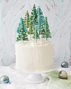 decoration gateau de noel facile en sapin de noel en sucre sur des baguettes en bois, gateau blanc