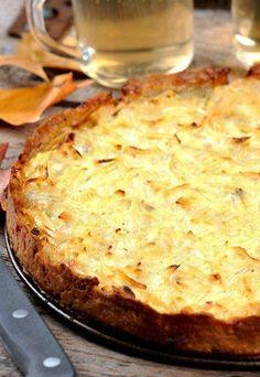 Tarta de cebolla - Recetas de quiche - Esta tarta de cebolla no se puede considerar una quiche pero está igual de buena, incluso puede que aún mejor. Ingredientes 1 masa de hojaldre 12 cebollas 5 huevos 1 vaso pequeño de nata líquida 200 gr... Quiche Lorraine, Tortas Low Carb, Low Carb Recipes, Cooking Recipes, Quiches, Good Food, Yummy Food, Savory Tart, Quiche Recipes