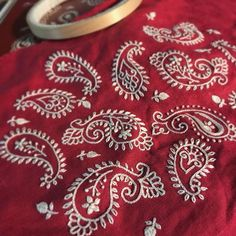 Красная нить – вышивка и рукоделие Paisley Embroidery, Embroidery Neck Designs, Hand Embroidery Videos, Hand Embroidery Flowers, Hand Embroidery Stitches, Embroidery Techniques, Embroidery Applique, Beaded Embroidery, Embroidery Patterns