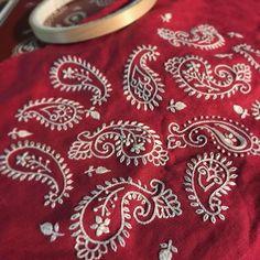 Красная нить – вышивка и рукоделие Paisley Embroidery, Embroidery Neck Designs, Hand Embroidery Videos, Hand Embroidery Flowers, Hand Embroidery Stitches, Embroidery Techniques, Embroidery Applique, Beaded Embroidery, Embroidery Patterns