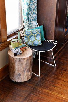 Meubelen hoeven helemaal niet duur te zijn! En al helemaal niet kleine meubels zoals bijzettafels of salontafels. Stronken van bomen gebruiken is tegenwoordig een echte trend. Deze DIY heeft alleen een paar materialen nodig, die je misschien al hebt. Dus als je een eigen bijzettafel wilt maken van een boomstam zal ik vooral even verder…