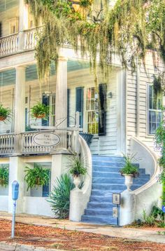 Famous bed and breakfast. The Rhett House, Beaufort, South Carolina. In this home, the CSA was born. Beautiful Homes, Beautiful Places, Song Of The South, Southern Plantations, Southern Plantation Homes, Southern Mansions, Southern Belle, Southern Charm, Southern Style Homes