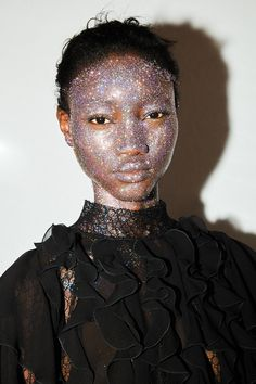 Make-up glitter, rouge à lèvres coloré... 8 looks beauté extravagants repérés à la Fashion Week de Paris | Vogue