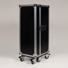 MultiCase Black Rib bei fabrikschick.de #FlightCase, #Design, #HomeDecor, #IndustrialStyle, #Flugzeugkoffer, #Rollcontainer, #Schrankkoffer Flight Case, Aluminium, Pop Art, Home Decor, Men, Furniture, Design, Style, Lounge Furniture