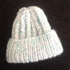 It's been a bit hot and we have had a few visitors over the past weeks. I just wanted a few little things to work on. A cute little croch. Crochet Beanie Pattern, Knit Crochet, Crochet Patterns, Baby Hats Knitting, Knitted Hats, Young Queen Elizabeth, Fabric Postcards, Tie Quilt, Bonnie Hunter