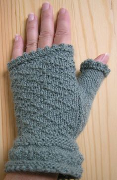 Gansey Fingerless Mitts: This kit will introduce you to the Channel Island Cast-on and making a thumb gusset in the style of the British Ganseys. Knitting Patterns Free, Free Knitting, Free Pattern, Jumper Patterns, Pattern Ideas, Fingerless Gloves Knitted, Knit Mittens, How To Purl Knit, Knit Purl