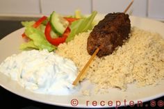 Grekiska färsspett med tzatziki - Gör goda grekiska färsspett med tzatziki med detta recept. Gott och billigt! 4 portioner. Tid: 30 minuter. Tzatziki, Low Carb Meats, Couscous, Love Food, Mashed Potatoes, Bbq, Rice, Lunch, Cooking