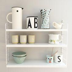 string hylla, string shelf, string regal, pic by rettelinjer Decor, Scandinavian Kitchen, Shelves, Interior, Interior Inspiration, Floating Shelves, House Styles, House Interior, Small Living